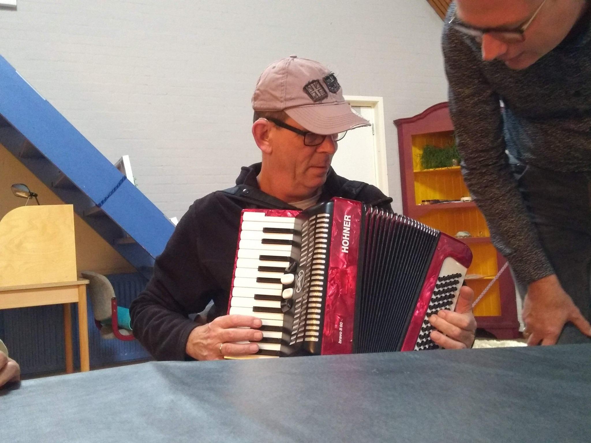 Door te voelen weet een doofblinde hoe de accordeon eruitziet