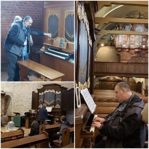 Het orgel wordt bespeeld door Huug