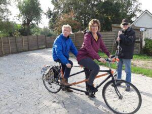 Annelie en Henk fietsen samen op de tandem die geschonken is door een echtpaar uit de buurt
