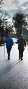 Henk Dekker loopt met behulp van de looplus met Ria