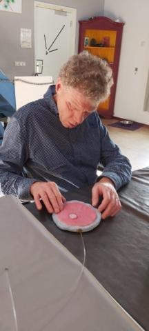 Tastzin in combinatie met uitleg maakt dat Henk een beeld krijgt van hoe iets eruit moet zien. Hij voelt een jonge, witte bloedcel, een zeer jonge voorloper (myeloide blast met een auerse staaf), wat een leukemie aangeeft.