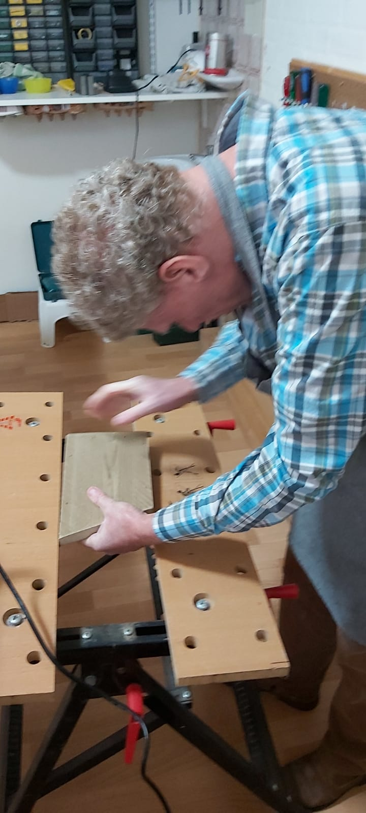 Met behulp van de werkbank worden de plankjes vastgezet. Dat is handig bij het boren van gaten.
