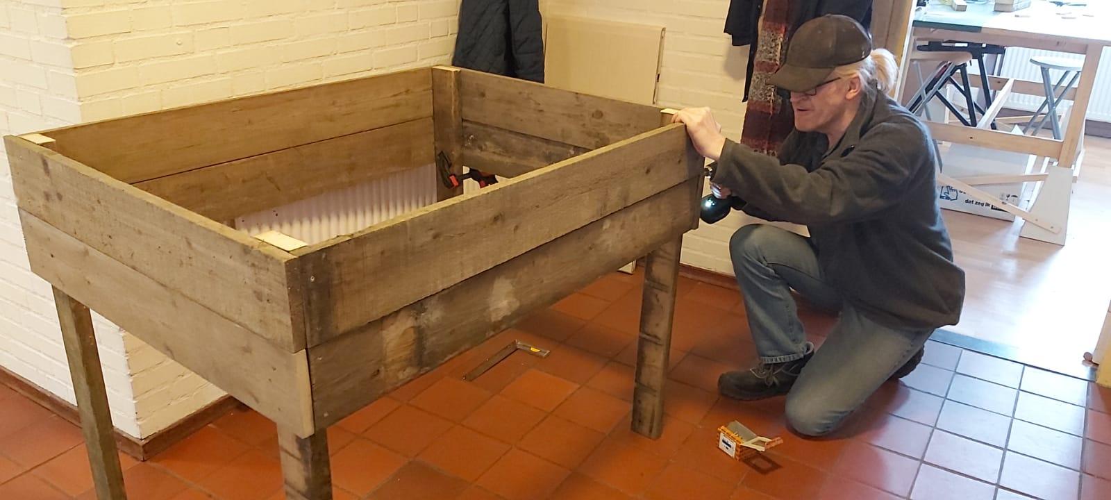 Met extra planken aan de zijkant wordt er meer diepte gecreëerd, zodat ook groente met een lange wortel in de bak kunnen worden geplant.