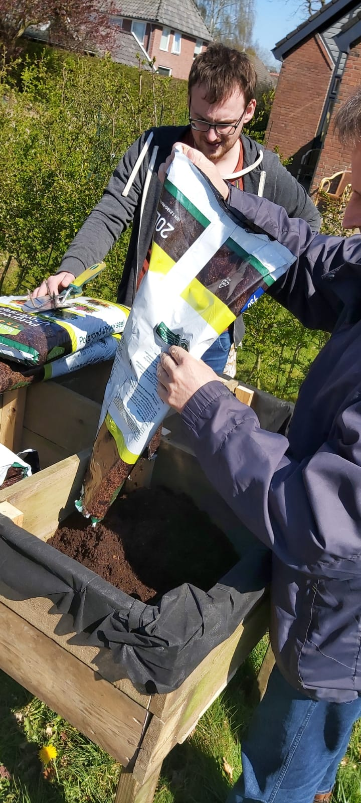 Op vrijdag 16 april was het tijd om de tafel naar buiten te verplaatsen en te vullen met potgrond