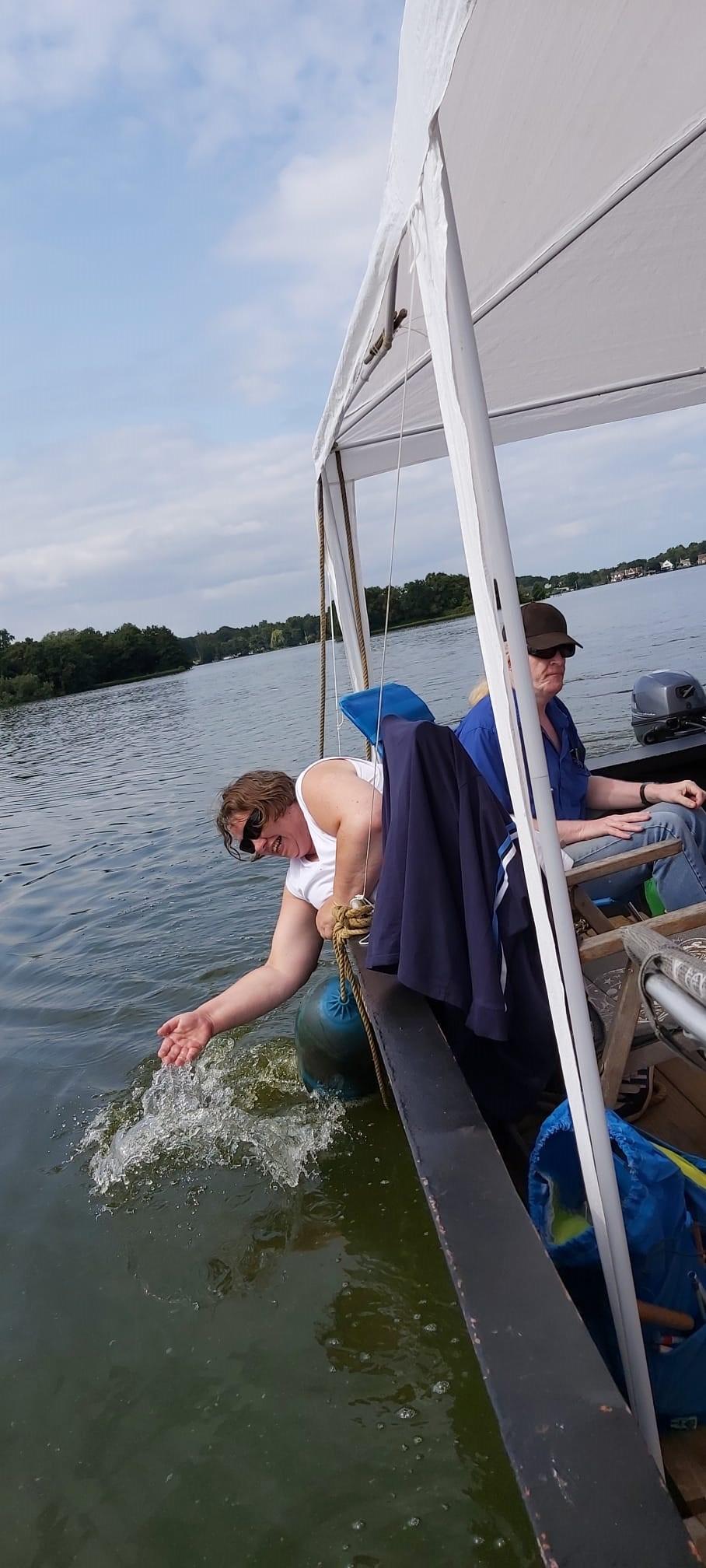 Laura voelt hoe diep de praam in het water ligt en daarbij glijdt haar hand door het water